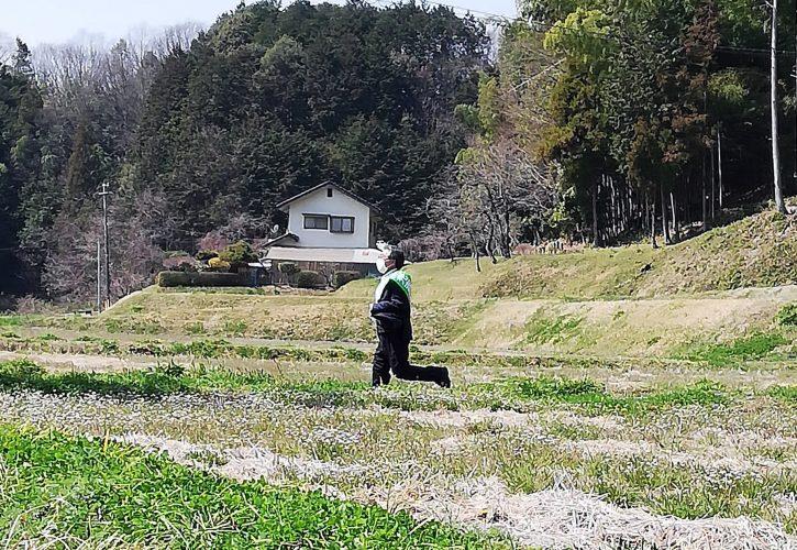光吉ひとし田畑の中を走る。選挙2日目